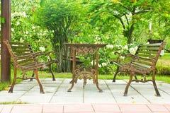 Cadeira de jardim do metal no jardim bonito Fotografia de Stock Royalty Free