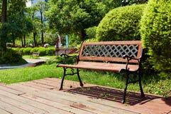 Cadeira de jardim no pátio de madeira exterior da plataforma Fotografia de Stock