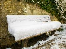 Cadeira de madeira coberta na neve em um jardim do mirabell inverno de Áustria Salzburg Fotografia de Stock