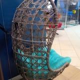 cadeira de madeira do ovo do balanço do pátio fotografia de stock royalty free