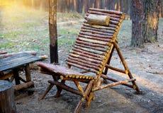 Cadeira de madeira na floresta Fotografia de Stock Royalty Free