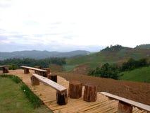 A cadeira de madeira na montanha Foto de Stock Royalty Free