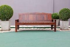 Cadeira de madeira no jardim Fotografia de Stock