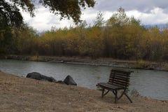 Cadeira de madeira perto do rio em Geórgia imagem de stock royalty free