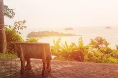 Cadeira de pedra sozinha com opinião do mar imagem de stock