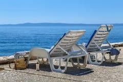 Cadeira de plataforma na praia Fotos de Stock Royalty Free