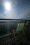 Cadeira de plataforma no cais do beira-mar imagens de stock