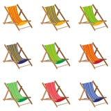 Cadeira de praia Cadeira de praia colorida no fundo branco Mobília de madeira Fotos de Stock