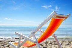 Cadeira de praia colorida na praia do sol Foto de Stock