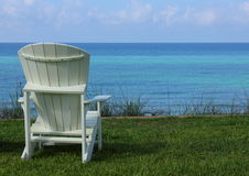 Cadeira de praia de Adirondack com opinião de oceano Fotografia de Stock Royalty Free