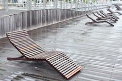 Cadeira de praia de madeira na caminhada da placa Foto de Stock Royalty Free