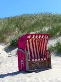 Cadeira de praia de vime telhada na praia Fotos de Stock Royalty Free