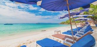 Cadeira de praia e guarda-chuva na praia, larn do Koh, Tailândia Imagem de Stock