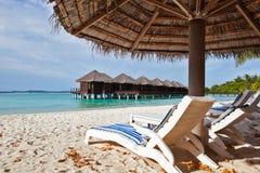 Cadeira de praia em Maldives imagem de stock