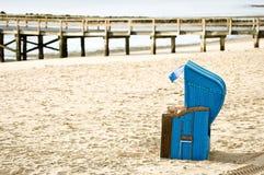 Cadeira de praia encapuçado foto de stock