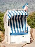 Cadeira de praia encapuçado imagens de stock