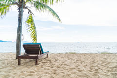 Cadeira de praia, palma e praia tropical em Pattaya em Tailândia imagens de stock