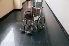 Cadeira de roda no corredor do hospital A cadeira de rodas vazia estacionou dentro - salas pacientes no hospital foto de stock royalty free
