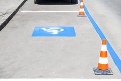 A cadeira de rodas canta, inválido, desabilitou, estacionamento deficiente Imagem de Stock