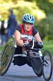 Cadeira de rodas Competitior da maratona das mulheres Fotos de Stock Royalty Free