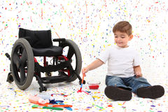 Cadeira de rodas da pintura da criança do menino Fotografia de Stock