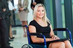 Cadeira de rodas deficiente da mulher de negócios Fotos de Stock Royalty Free