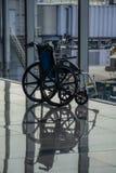 Cadeira de rodas dobrada que espera para ser usado imagem de stock