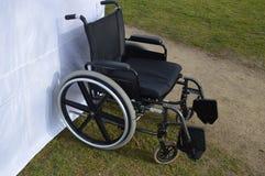 Cadeira de rodas em Front Of uma barraca imagem de stock royalty free