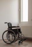 Cadeira de rodas na sala vazia Foto de Stock Royalty Free