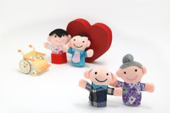 Cadeira de rodas, um coração vermelho grande, e dois-famílias no fundo branco foto de stock royalty free