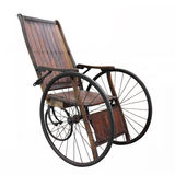 Cadeira de rodas velha isolada fotos de stock royalty free