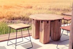 Cadeira de tabela de madeira vazia em campos abertos Liberdade escritório everywhere fundo da ideia do conceito do estilo de vida imagens de stock