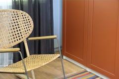 Cadeira de vime Cadeira de balanço no branco Cadeira no balcão Cadeiras de balanço do Rattan no balcão de madeira Cadeira de vime fotografia de stock