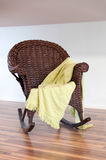 Cadeira de vime de madeira com Foto de Stock Royalty Free