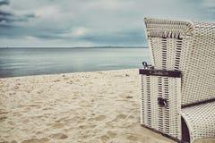 Cadeira de vime encapuçado tonificada retro na praia vazia Fotografia de Stock