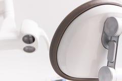 Cadeira dental e lâmpada usadas por dentistas imagens de stock
