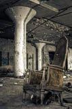 Cadeira destruída na fábrica abandonada Fotos de Stock Royalty Free