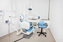 A cadeira do dentista moderno em um escritório dental foto de stock royalty free