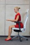 Cadeira do escritório dos testes da mulher Imagem de Stock