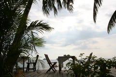 A cadeira do jantar ao lado da praia foto de stock