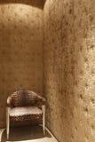 Cadeira do leopardo no quarto de veludo Imagens de Stock
