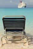 Cadeira do navio de cruzeiros e de sala de estar no oceano azul Imagens de Stock