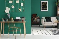 Cadeira do ouro pela mesa Fotografia de Stock