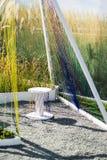 Cadeira do projeto feita da madeira e da corda Exterior do jardim e do território adjacente foto de stock royalty free