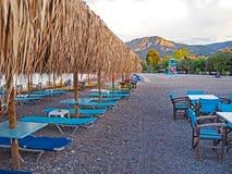 A cadeira do restaurante e de sala de estar nas costas do stoney de Nikolaiika encalha no golfo do Corinthian em Grécia Fotografia de Stock