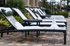 A cadeira do sol coberta com a neve Imagem de Stock Royalty Free