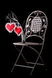 Cadeira do vintage com um vaso com dois corações - presente do dia de Valentim foto de stock