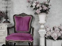 Cadeira do vintage na decoração antiga da sala com antigo velho Fotografia de Stock Royalty Free