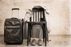 cadeira do vintage, trincheira clássica, sapatas do esporte, mala de viagem Fotos de Stock Royalty Free