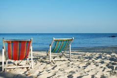 Cadeira dobro na praia Foto de Stock Royalty Free